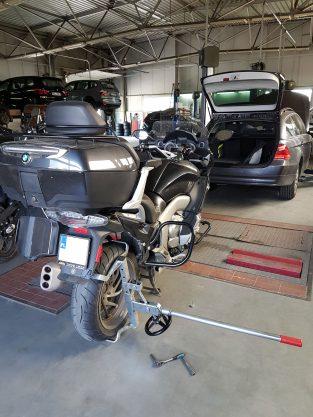 Sprawdzenie luzu tylnego Koła i wachacz w BMW k1600gt