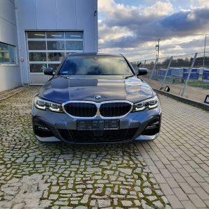 Widok na maskę i przednią szybę BMW oferowane do sprzedaży w naszym serwisie we Wrocławiu