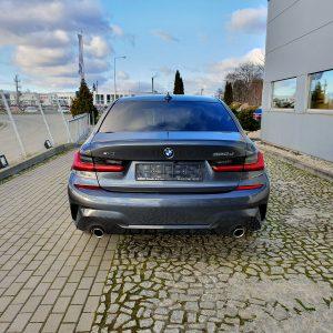 Dokładny widok klapy bagażnika, lamp oraz wydechu. Auto marki BMW czeka na kupca na naszym placu we Wrocławiu