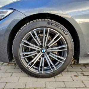 Doskonały stan felg oraz opon. Nowa trójka BMW czeka na nowego właściciela w naszym serwisie we Wrocławiu